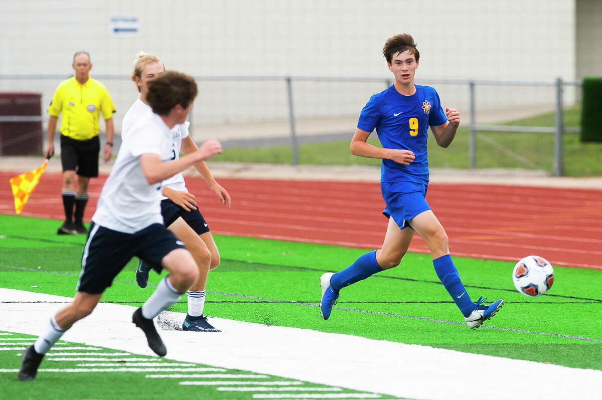 Midland High's Cole Carpenter brings the ball upfield during an Aug. 31, 2021 game against Petoskey.
