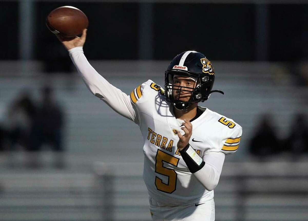 Dominic Gordon threw three touchdown passes for Terra Nova-Pacifica in its 41-7 defeat of Lincoln.