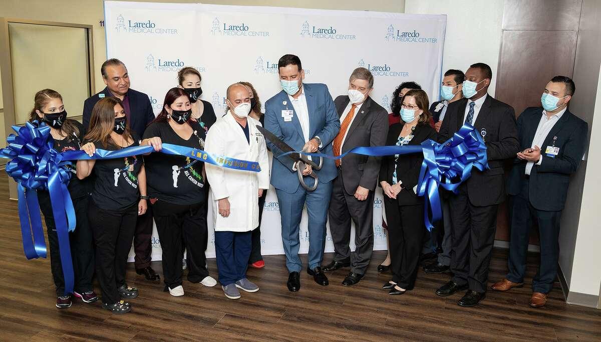 Miembros de liderazgo de Laredo Medical Center, doctors y personal del Centro de Infusión se reunieron para la ceremonia del corte de listón por la inauguración del centro el lunes 27 de septiembre de 2021 en Laredo Medical Center.