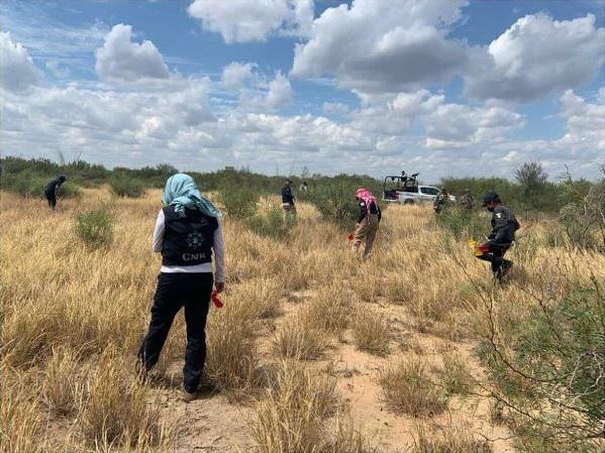 Police and the La Comisión Nacional de Búsqueda are pictured in Tamaulipas.
