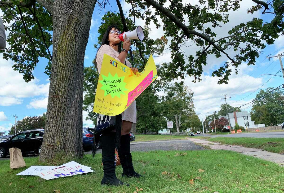 """Middletown parent Amy Webster organized a peaceful protest Wednesday at the Dr. Alfred B. Tychsen Administration Building at 311 Hunting Hill Ave. Her goal was to """"take a stand"""" and request the Board of Education to reinstate a 25-minute recess for elementary school students."""