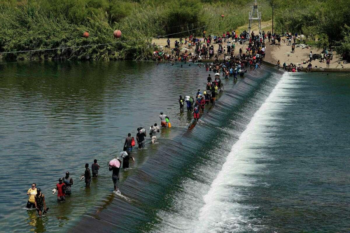 En esta imagen del 18 de septiembre del 2021, un grupo de haitianos cruza hacia Estados Unidos en Del Río, Texas.