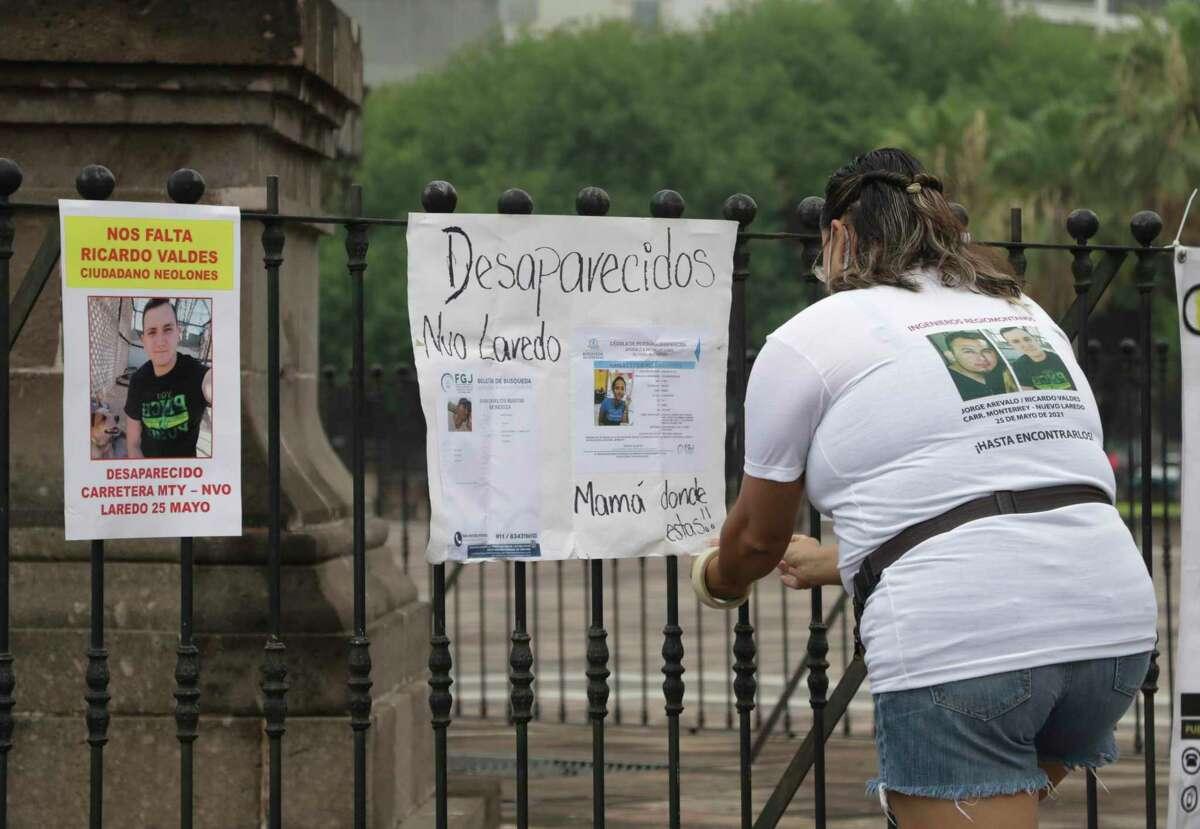 En esta imagen de archivo, tomada el 24 de junio de 2021, la familia de Ricardo Valdés, quien desapareció el 25 de mayo, coloca carteles durante una protesta en Monterrey, en el estado de Nuevo León, México.