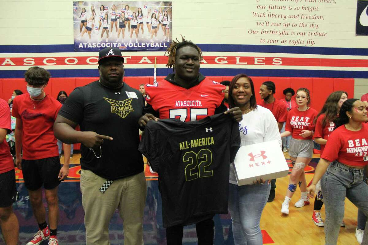 Atascocita offensive lineman Kam Dewberry (center) with his father De'Andre Wilson (left) and his mother Chelisse Wilson (right).
