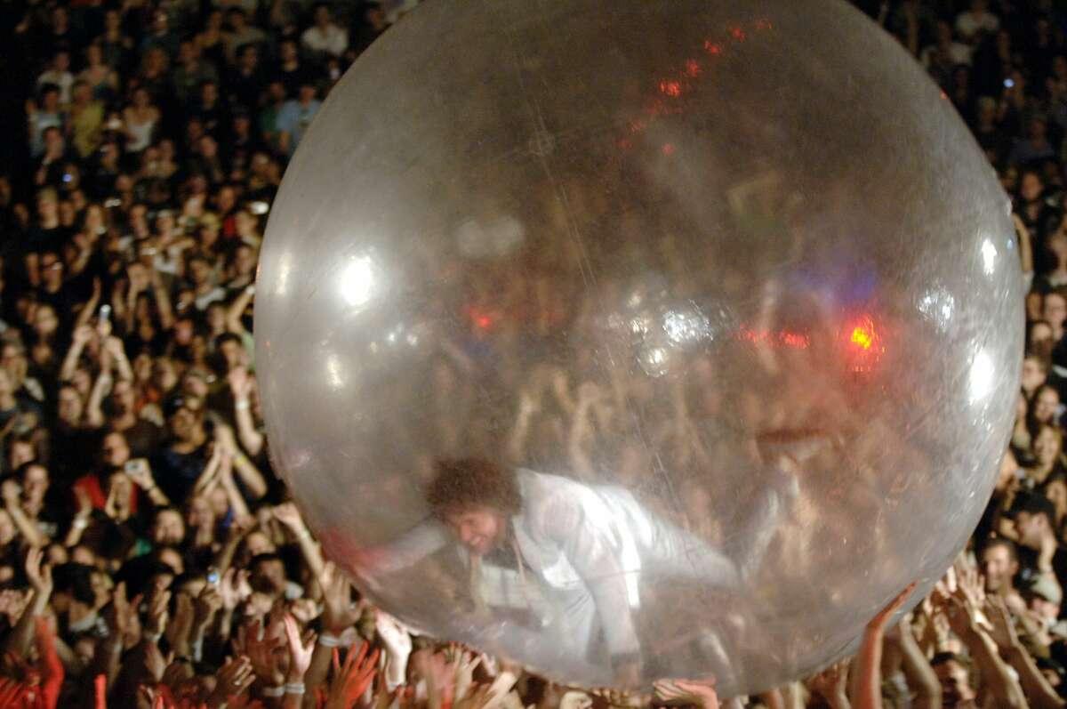 """Μπέρκλεϋ, Καλιφόρνια - 22 Ιουλίου: Ο Γουέιν Κόιν εκτέλεσε τα Φλέμινγκ Χείλη για να υποστηρίξει ένα «περπατώντας» πλήθος σε μια μεγάλη μπάλα. """"Στον πόλεμο με τους τρομοκράτες"""" Κυκλοφόρησε στις 22 Ιουλίου 2006 στο Ελληνικό Θέατρο στο Μπέρκλεϊ της Καλιφόρνια.  (Φωτογραφία από τον Tim Mosenfelder / Getty Images)"""