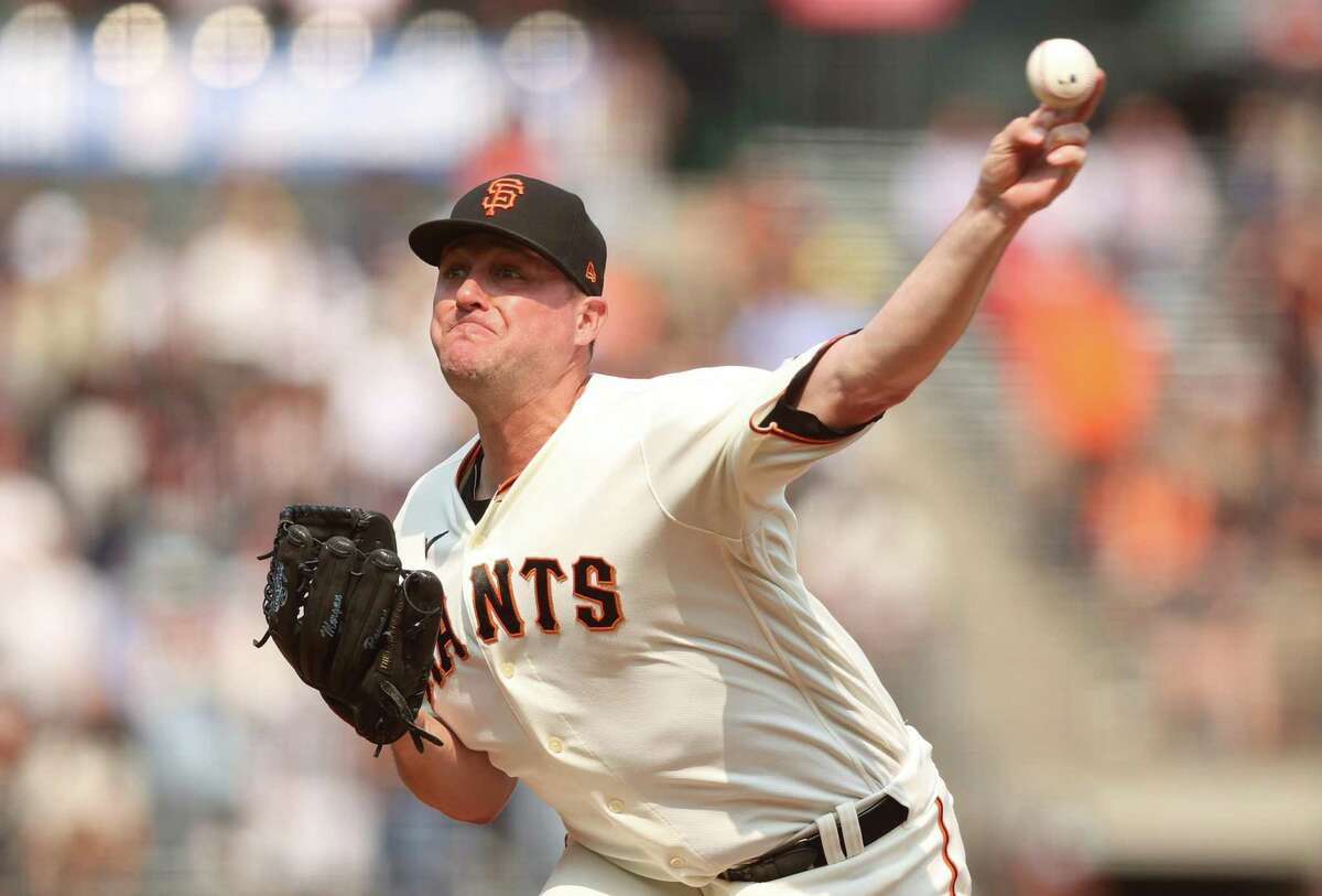 SAN FRANCISCO, CALIFORNIA - SEPTEMBER 02: Jake McGee #17 of the San Francisco Giants pitches against the Milwaukee Brewers in the ninth inning at Oracle Park on September 02, 2021 in San Francisco, California. (Photo by Ezra Shaw/Getty Images)