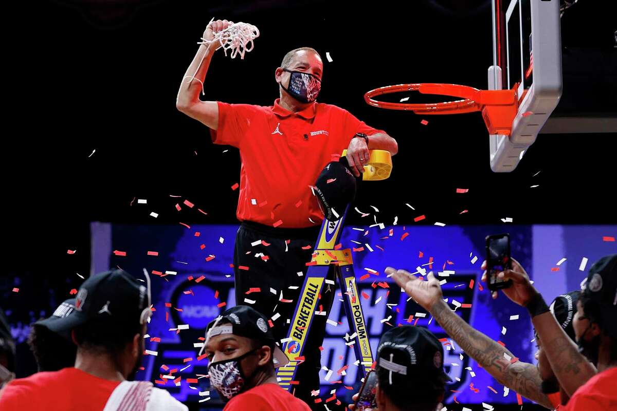 INDIANAPOLIS, INDIANA - MARCH 29: Head coach Kelvin Sampson of the Houston Cougars cuts the net after defeating the Oregon State Beavers in the Elite Eight round of the 2021 NCAA Men's Basketball Tournament at Lucas Oil Stadium on March 29, 2021 in Indianapolis, Indiana. (Photo by Jamie Squire/Getty Images)