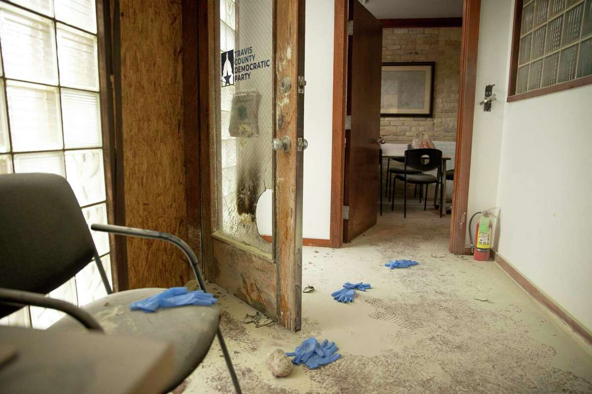Una piedra permanece en el piso en la oficina del Partido Demócrata en el Condado Travis sobre la calle East 6th en Austin el miércoles 29 de septiembre de 2021, después que se arrojó un objeto incendiario al edificio. Una persona ha sido detenida en relación con el incidente.