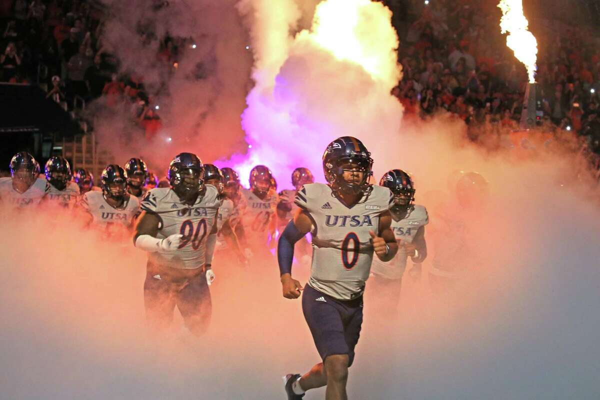 UTSA quarterback Frank Harris (0) and the rest of the team enter the field before the start of their game against UNLV. UTSA defeats UNLV 24-17 on Saturday, Oct. 2, 2021.