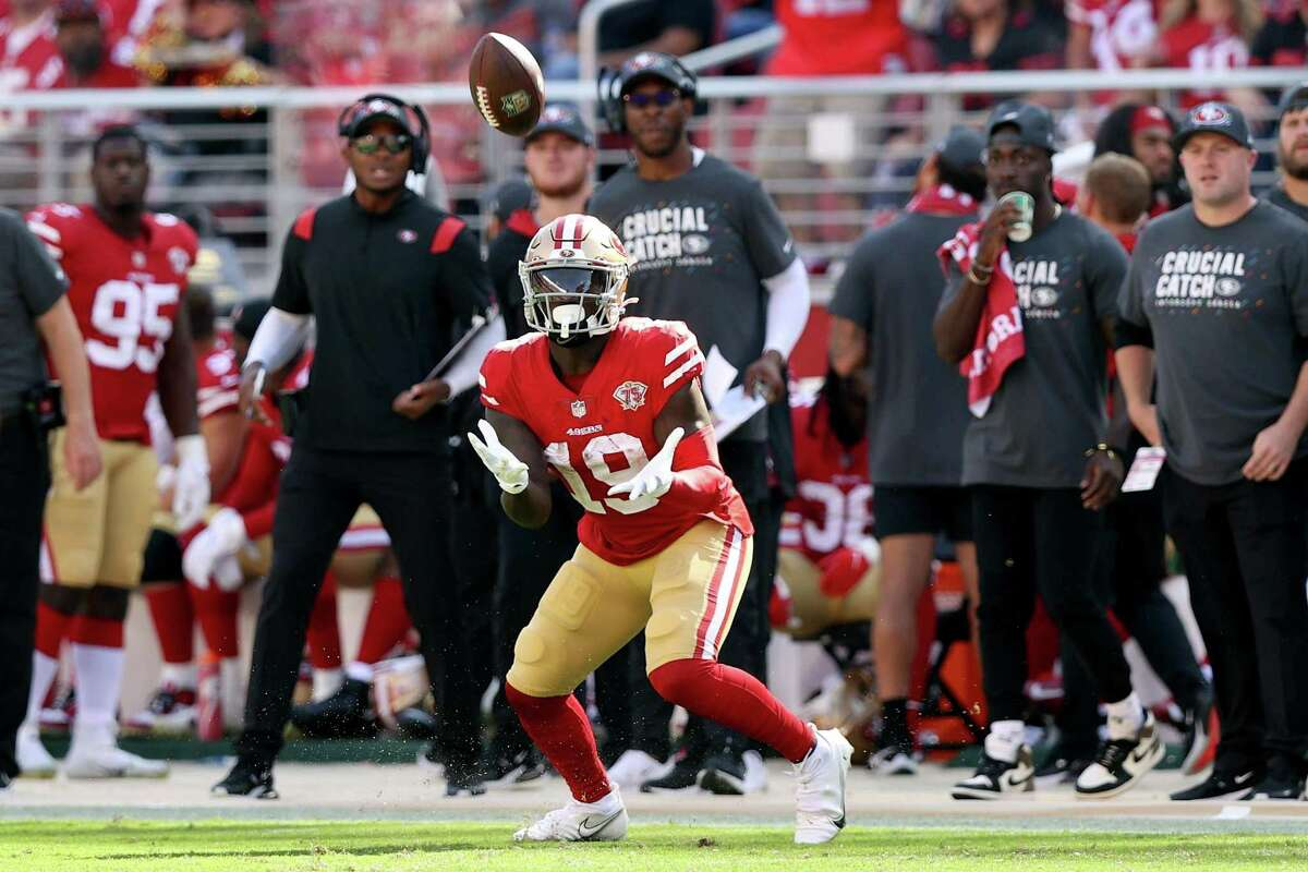 SANTA CLARA, CALIFORNIA - OCTOBER 03: Deebo Samuel #19 of the San Francisco 49ers catches the ball and runs for a touchdown during the third quarter against the Seattle Seahawks at Levi's Stadium on October 03, 2021 in Santa Clara, California. (Photo by Ezra Shaw/Getty Images)