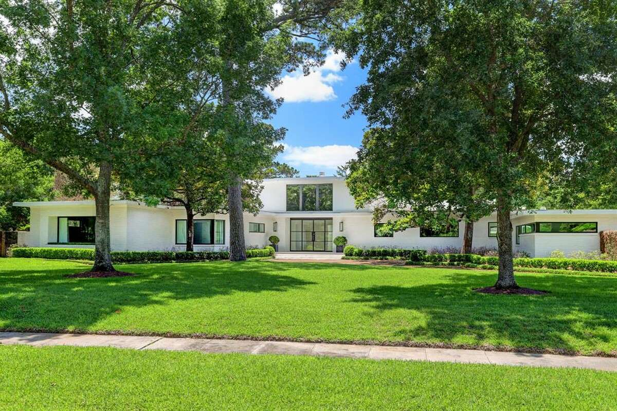This mid-century modern home is ready to rent in River Oaks.