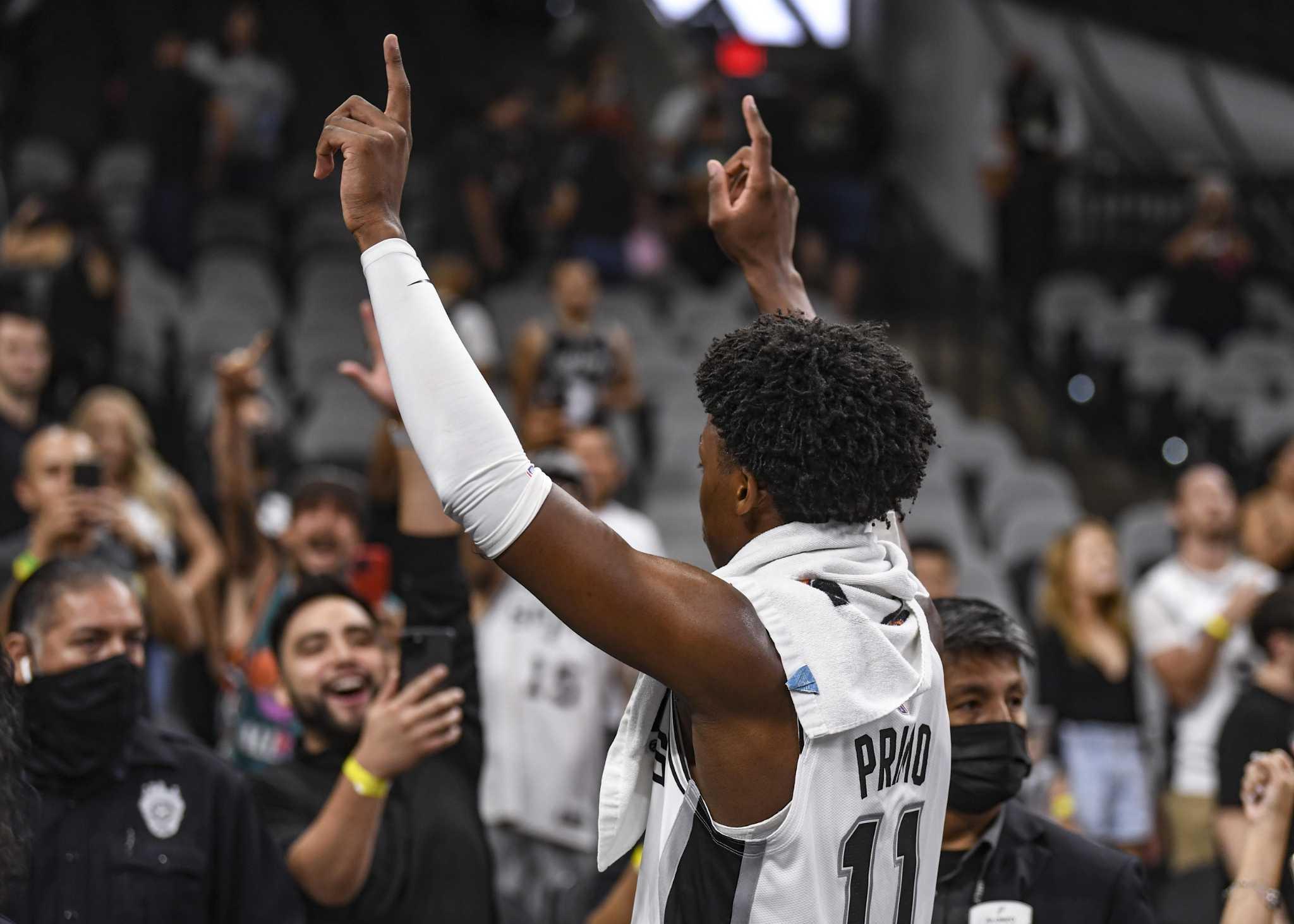 El jugador adolescente de los Spurs se robó el show, los corazones de San Antonio en su debut