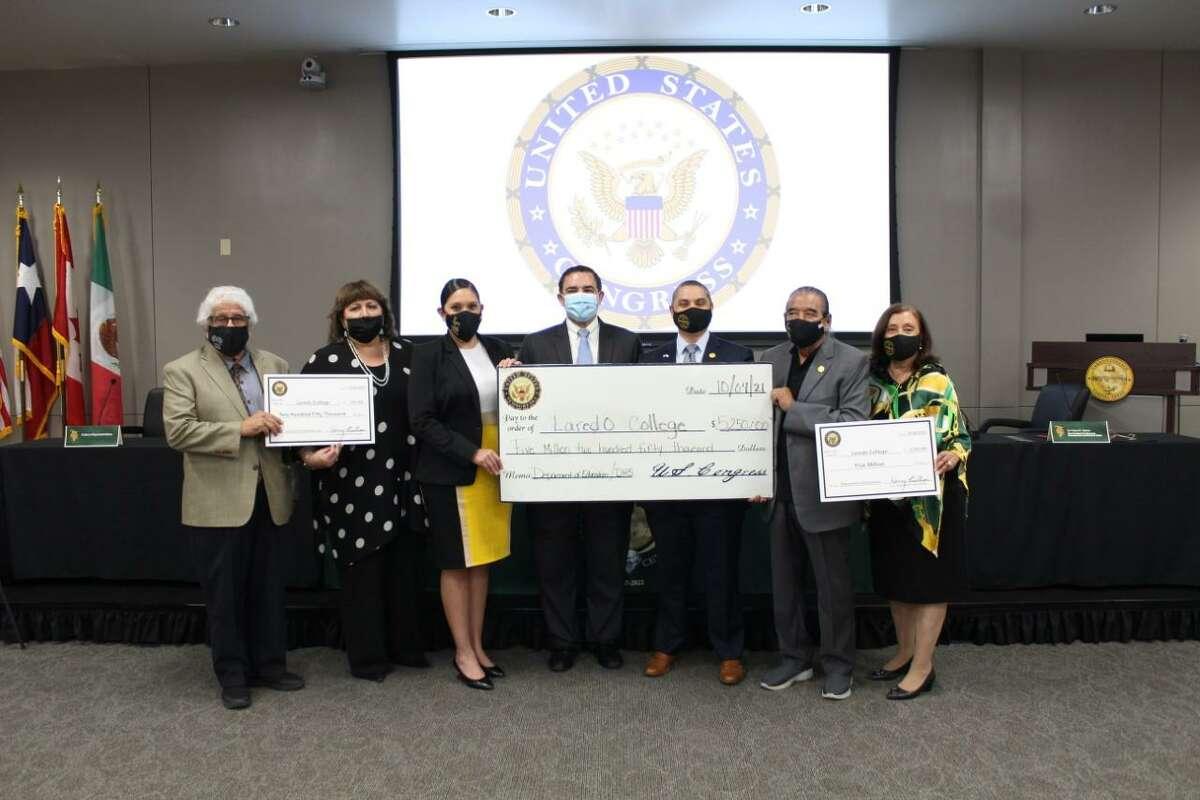 Laredo College recibió un cheque por 5.250,000 en fondos federales el lunes durante un anuncio del congresista Henry Cuéllar.