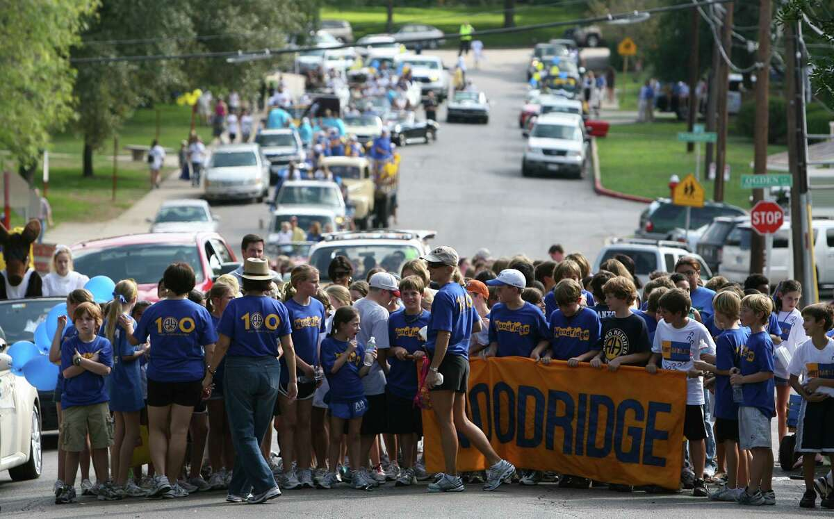 Students from Woodridge Elementary School get ready to head toward Alamo Heights High School during the 2009 Howdy Night.