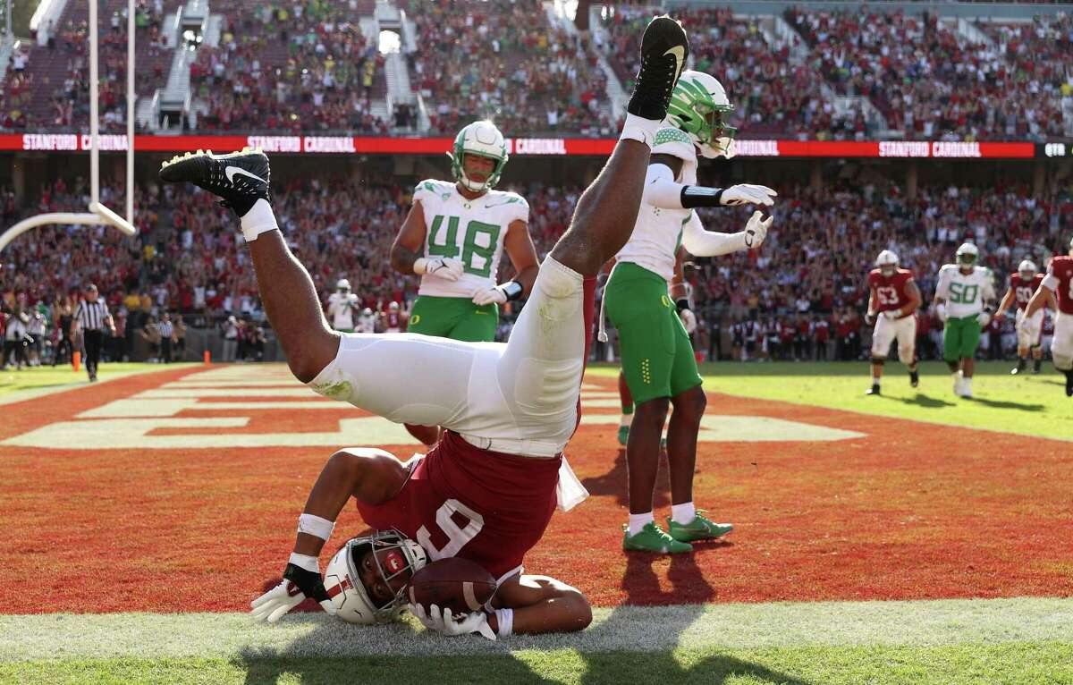 *** BESTPIX *** STANFORD, CALIFORNIA - OCTOBER 02: Elijah Higgins #6 of the Stanford Cardinal makes the tying touchdown catch at the end of the fourth quarter against the Oregon Duckx at Stanford Stadium on October 02, 2021 in Stanford, California.Stanford Cardinal won in overtime. (Photo by Ezra Shaw/Getty Images)