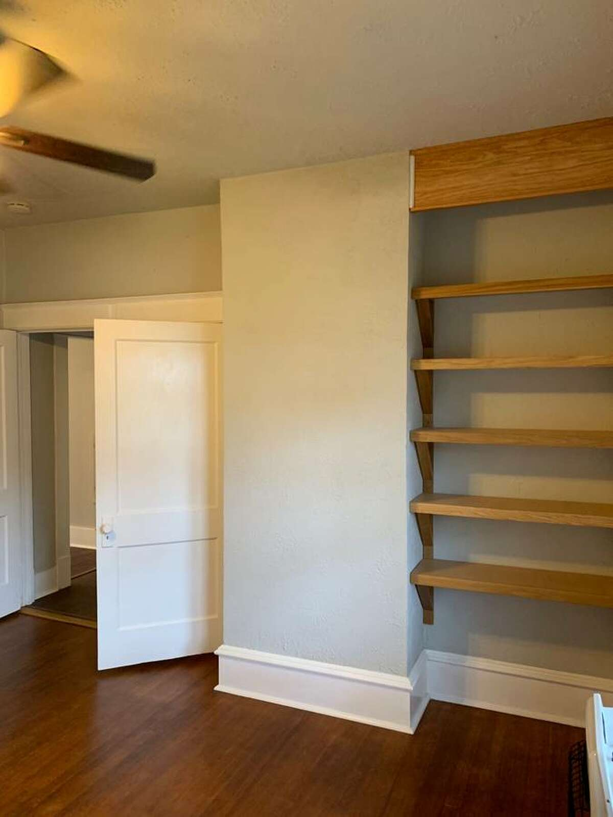 Who doesn't love shelves?  Mostly shelves that are built into nooks like this.
