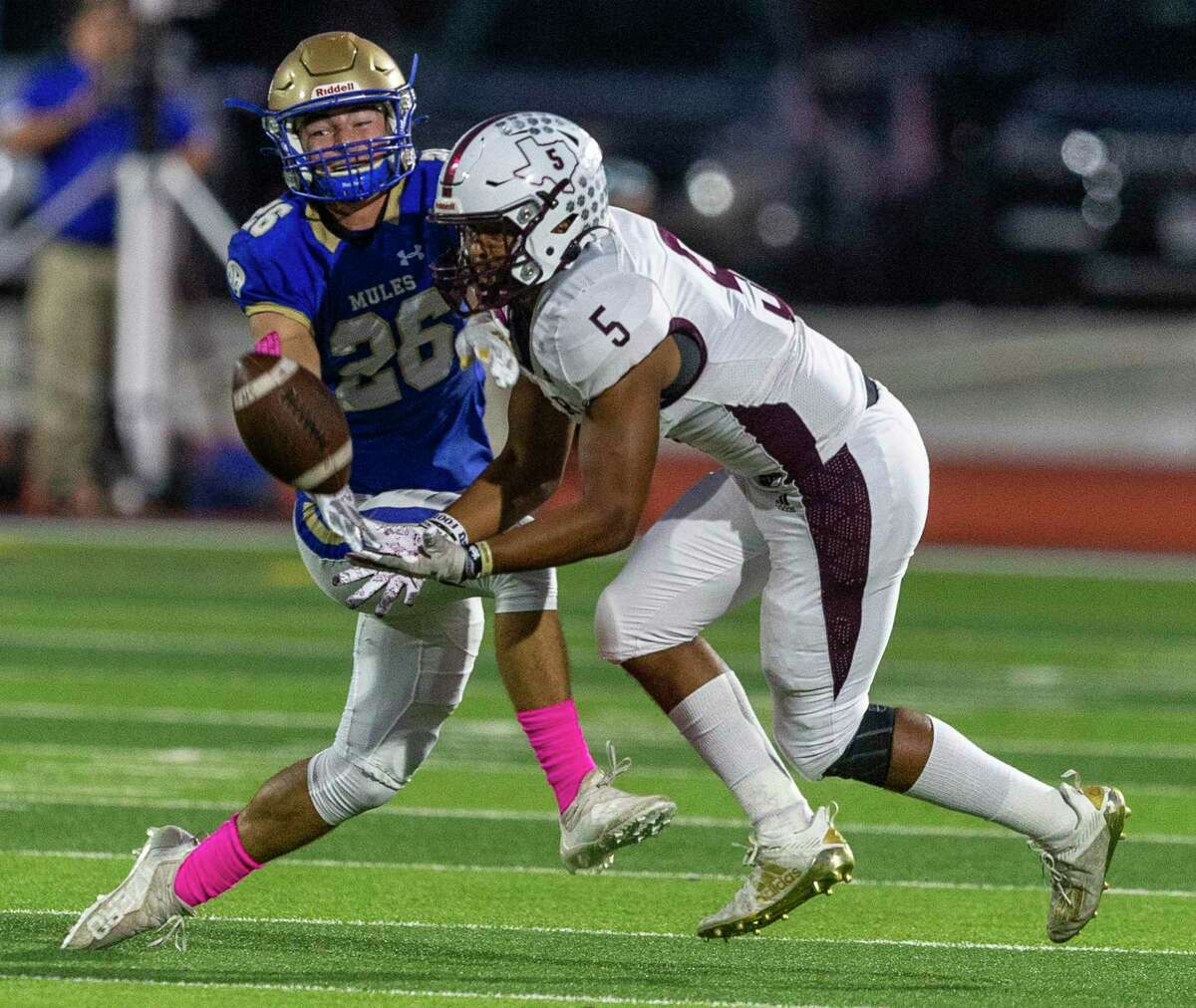 Alamo Heights defender Jack Kardys breaks up a pass Friday, Oct. 8, 2021 intended for Floresville running back Dareion Murphy during the first half of the Mules' homecoming game against the Tigers.