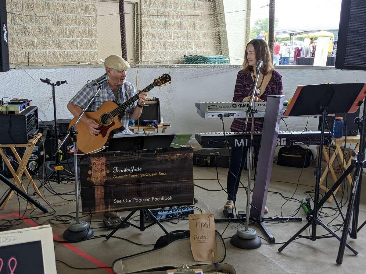 Sekitar 2.000 orang menghadiri Auburn Holly-ween Daze tahunan kedua di Auburn Farmers Market hari Sabtu.  Ada 85 vendor, musik, makanan, pemeriksaan penglihatan anak gratis dan banyak lagi.
