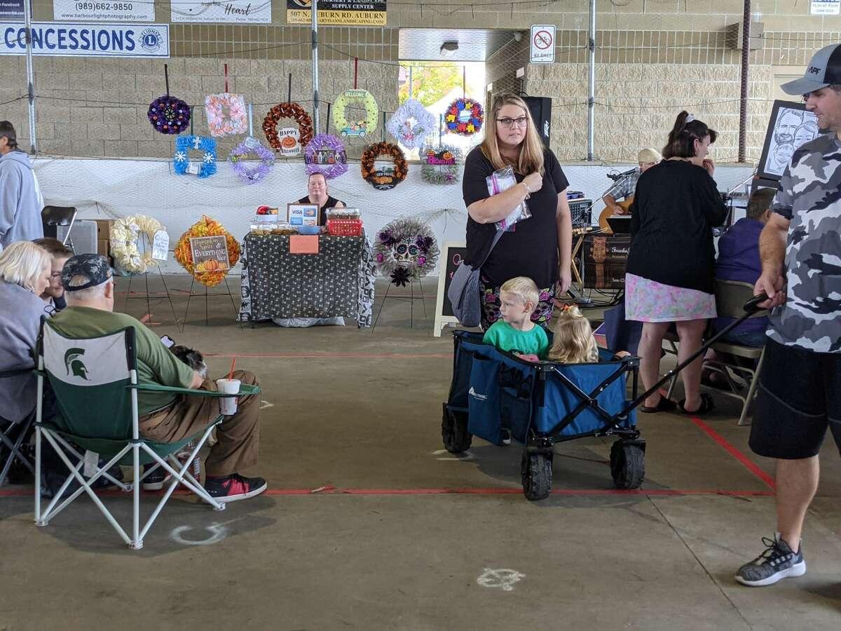 Sekitar 2.000 orang menghadiri Auburn Holly-ween Daze tahunan kedua di Auburn Farmers Market, Sabtu.  Ada 85 vendor, musik, makanan, pemeriksaan penglihatan anak gratis dan banyak lagi.
