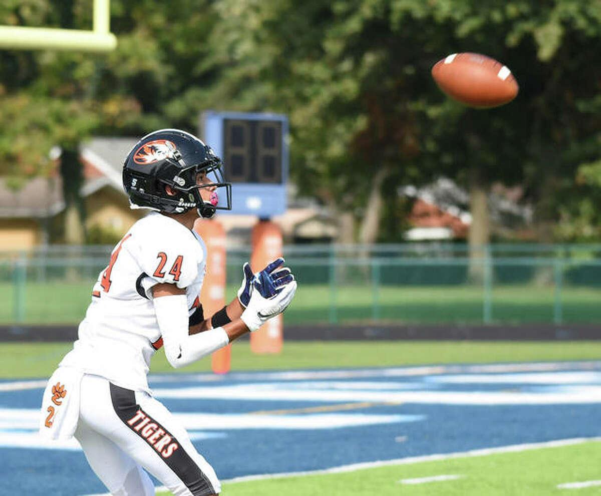 Edwardsville wide receiver David Deuanephenh catches a 29-yard touchdown pass in the second quarter.