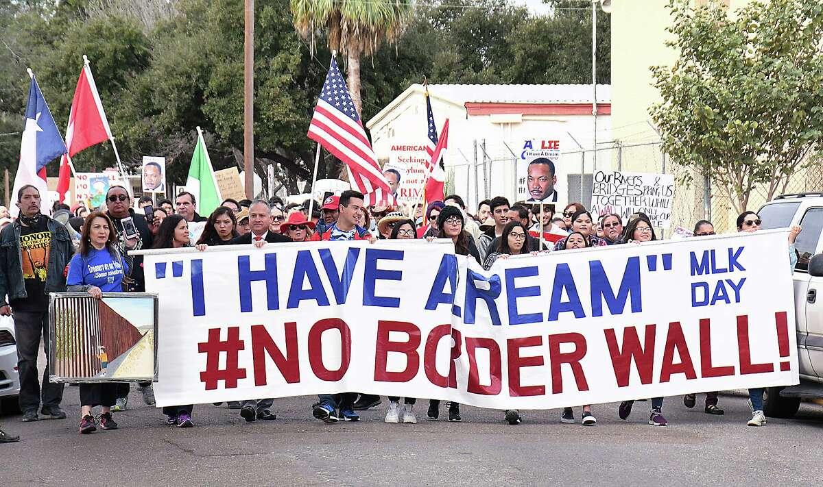 """Manifestantes tomaron las calles del centro de Laredo el Día de Martin Luther King """"Yo tengo un sueño"""", en la marcha y rally #No Border Wall el lunes 20 de junio de 2020."""