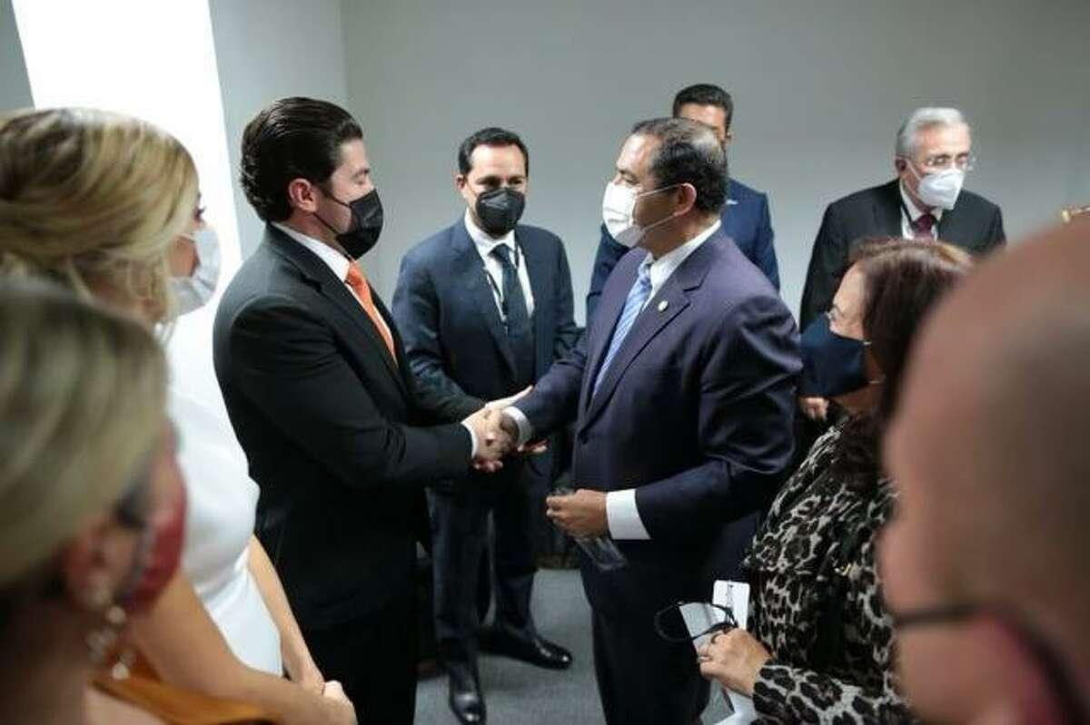 El congresista Henry Cuéllar (TX-28) saluda al recién nombrado gobernadro de Nuevo León, México, Samuel García.