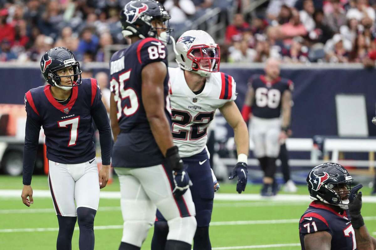 Ka'imi Fairbairn (7) watches the flight of his 56-yard field goal attempt against the Patriots that went wide right, one of several special teams miscues in Houston's loss.