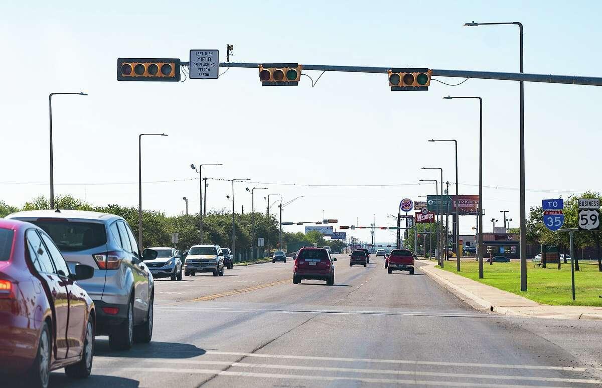 Un semáforo enfrente de Laredo Medical Center se encuentraba sin energía, mientras otros operaban normalmente, el domingo 10 de octubre de 2021, durante una falla eléctrica que afectó a miles de residentes en Laredo.
