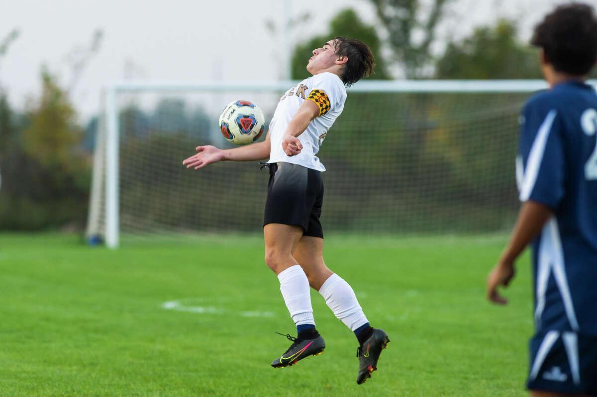 Gerrit Barth dari Bullock Creek menyelesaikan bola selama pertandingan Lancers melawan Hemlock Senin, 11 Oktober 2021 di Hemlock High School.  (Katy Kildee/kkildee@mdn.net)