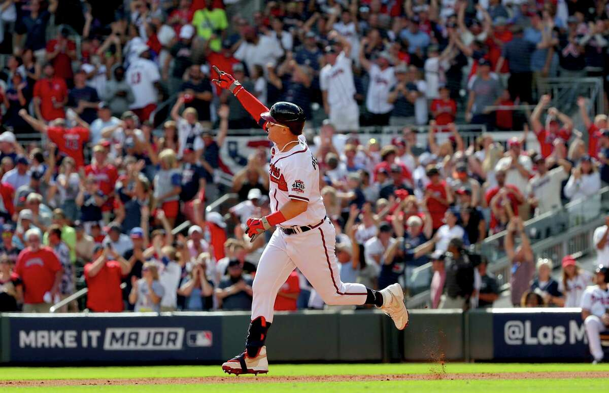 Joc Pederson of the Braves celebrates his three-run, pinch-hit home run in the fifth inning.
