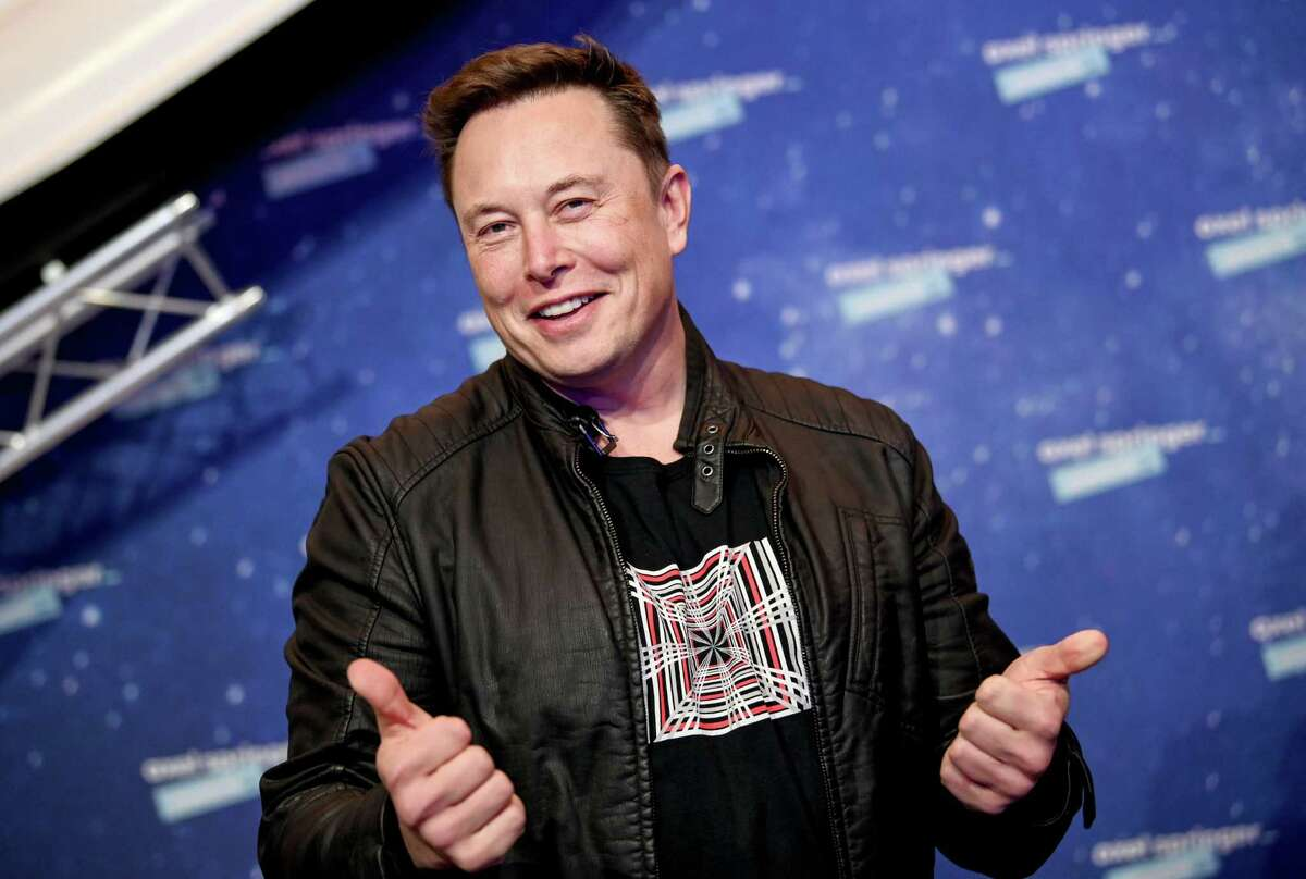 SpaceX owner and Tesla CEO Elon Musk poses as he arrives on the red carpet for the Axel Springer Awards ceremony, in Berlin, on December 1, 2020. (Photo by Britta Pedersen / POOL / AFP) (Photo by BRITTA PEDERSEN/POOL/AFP via Getty Images)