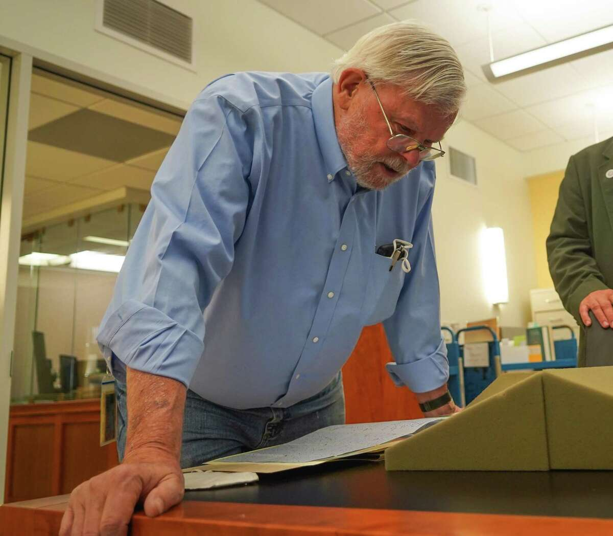 Bob Hirst, general editor of the Mark Twain Papers & Project, inspects the 1861 letter, a new aquisition by the Bancroft Library.