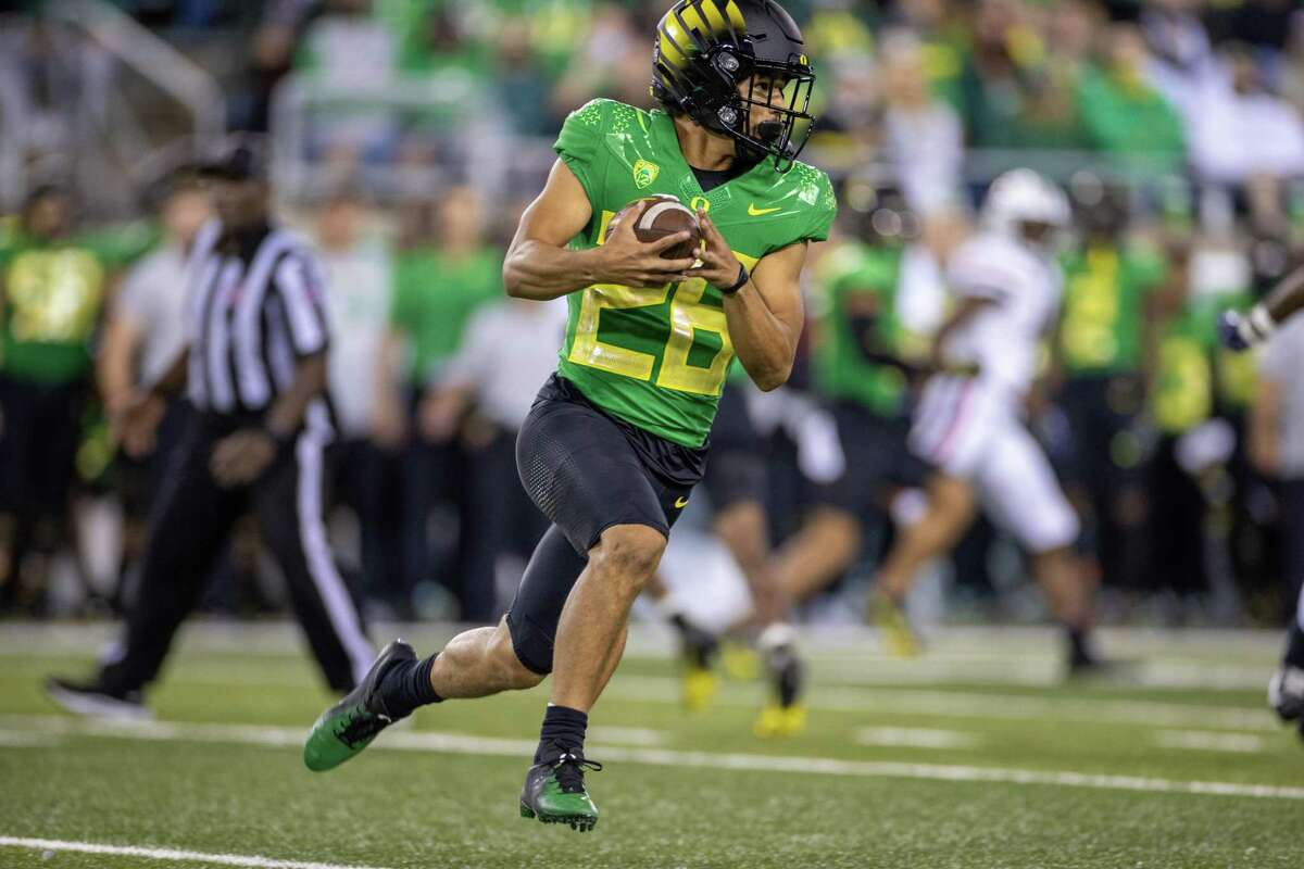 EUGENE, OR - SEPTEMBER 25: Travis Dye #26 of the Oregon Ducks runs with the ball during a game against the Arizona Wildcats at Autzen Stadium on September 25, 2021 in Eugene, Oregon. (Photo by Tom Hauck/Getty Images)