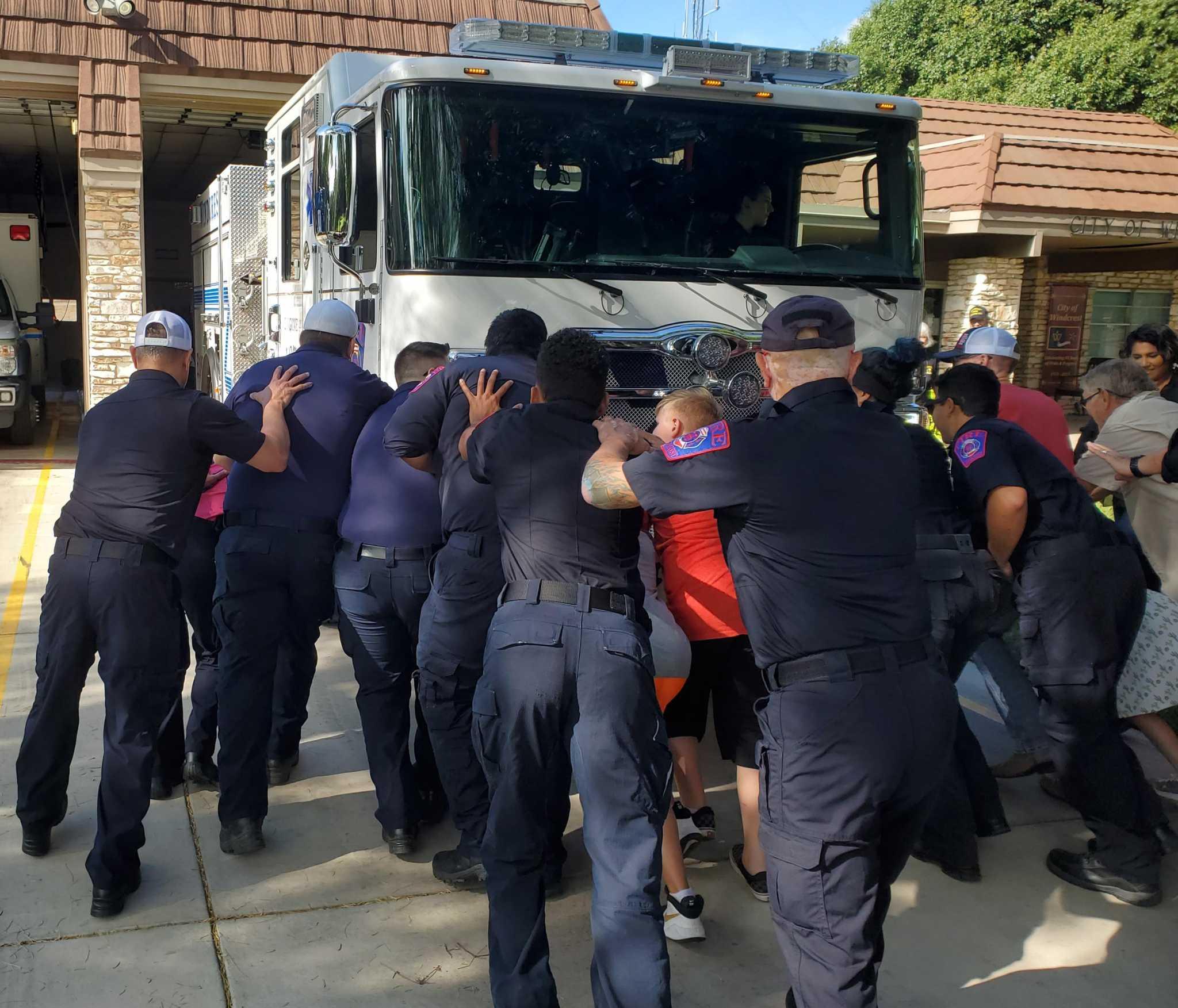 Kepala pemadam kebakaran mengumumkan keberangkatan saat kota merayakan peralatan baru