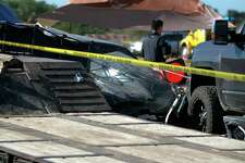 La escena en el lugar donde un carro se estrelló contra espectadores en una carrera en el Aeropuerto Kerrville-Kerr County, de Kerrville, Texas, el 23 de octubre del 2021. (Louis Amestoy via AP)