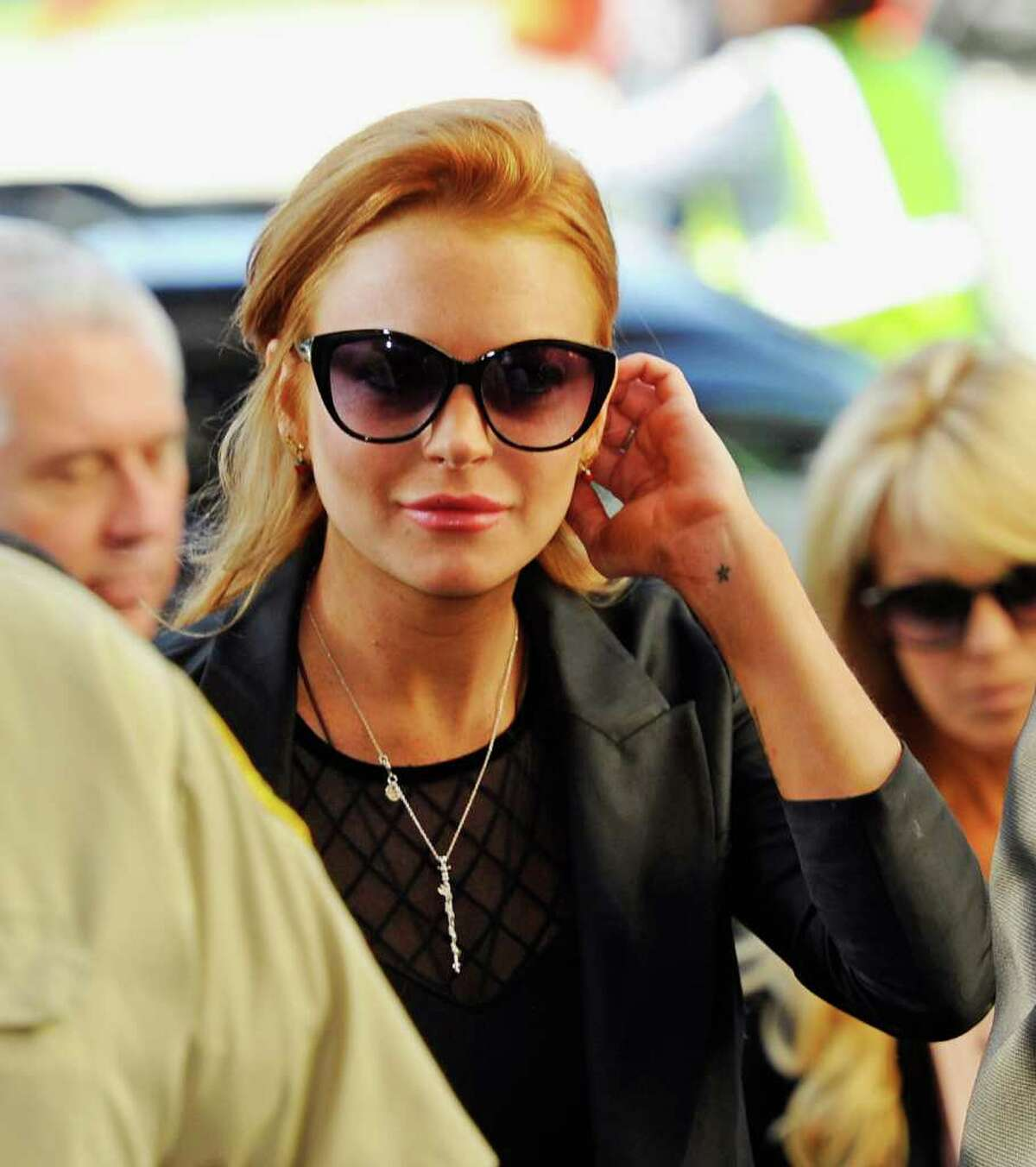 BEVERLY HILLS, CA - SEPTEMBER 24: Actress Lindsay Lohan escorted by Los Angeles County Sheriff Deputies arrives for a mandatory court appearance before a judge who revoked her probation earlier this week at Beverly Hills Courthouse on September 24, 2010 in Beverly Hills, California. Superior Court Judge Elden S. Fox issued a bench warrant for the actress who as on is probation for a pair of driving under the influence cases. (Photo by Kevork Djansezian/Getty Images) *** Local Caption *** Lindsay Lohan