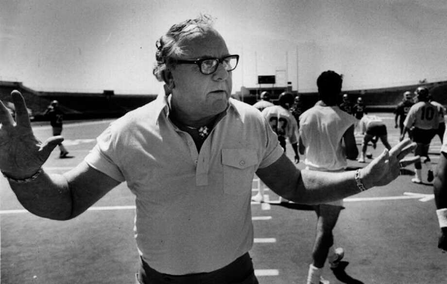 Clinton Manges, shown in the 1985 file photo at Alamo Stadium, died Thursday.
