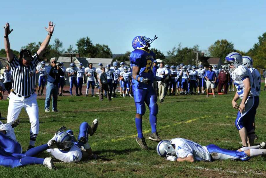 Harding's Taquan Broadway celebrates his touchdown over Fairfield Ludlowe during their game Saturday Oct. 9, 2010 at Harding. Photo: Autumn Driscoll / Connecticut Post