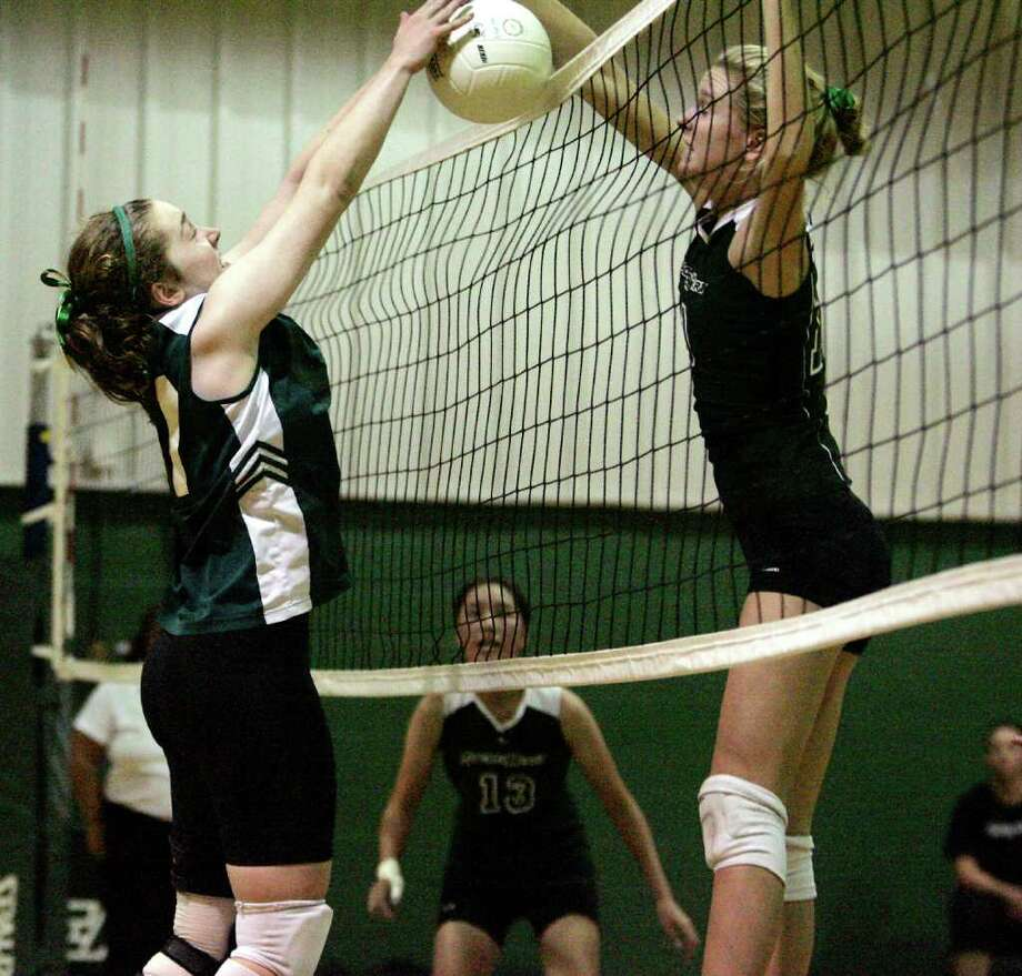 Sacred Hearts Devon Hoffman (right) slams the ball over the net for a point against an opposing Greenwich Academy player. © FCSP for The Greenwich Time Photo: FCSP\J. Gregory Raymond / Greenwich Time Freelance;  ©  FCSP