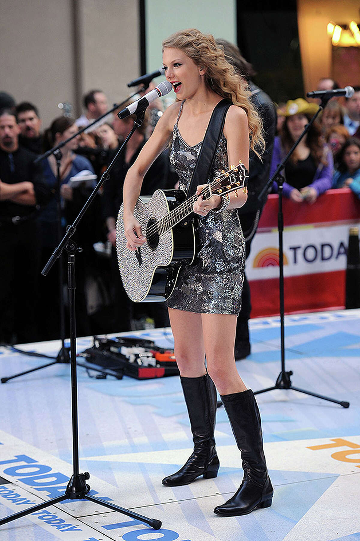 NEW YORK - OCTOBER 26: Musician Taylor Swift performs on NBC's
