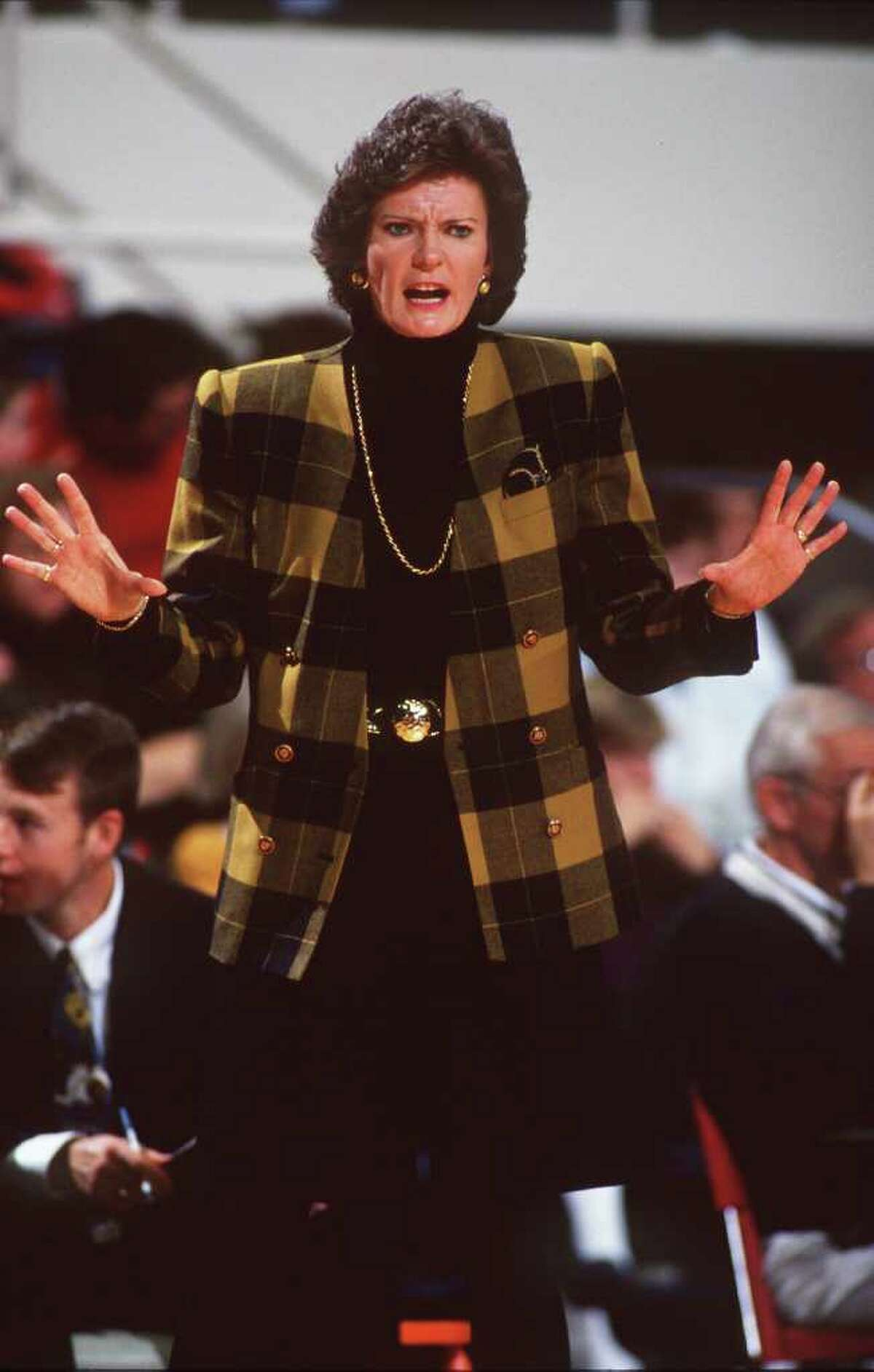 10 Dec 1994: UNIVERSITY OF TENNESSEE HEAD WOMEN''S BASKETBALL COACH PAT SUMMITT ISSUES INSTRUCTIONS TO HER TEAM FROM THE SIDELINES DURING THEIR 78-74 WIN OVER PENN STATE AT THE ROBBINS CENTER IN RICHMOND, VIRGINIA.