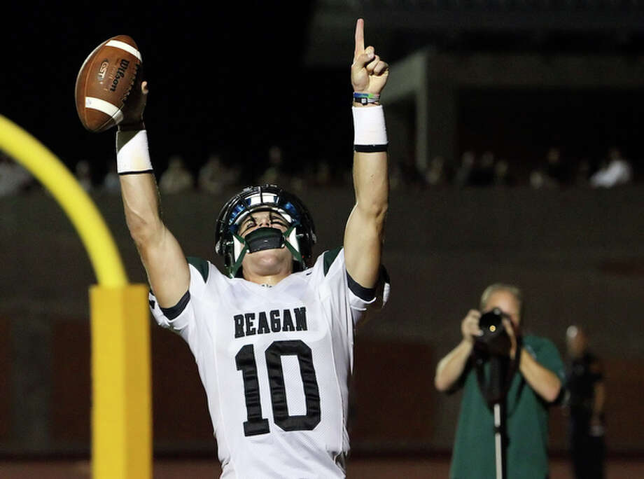 Reagan quarterback Trevor Knight reacts after scoring. / San Antonio Express-News