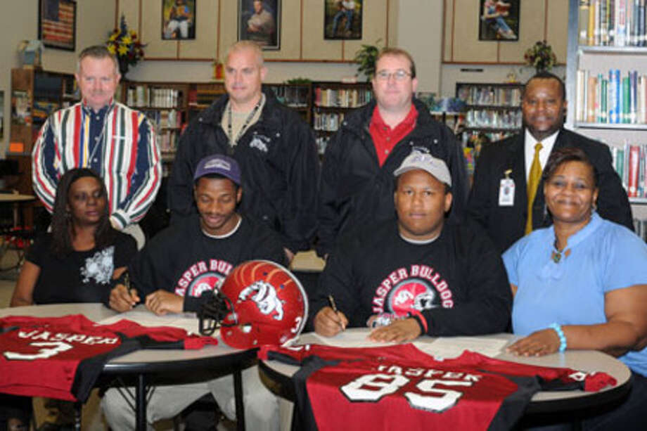 Darren Beavers, Dimitric Brown sign college letters of intent with SFA.