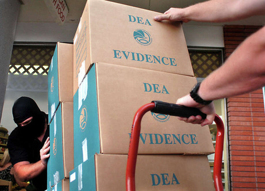 Narcotics agents load evidence from a raid on the Triangle Medical Clinic into a truck in Beaumont onJune 13, 2007. Enterprise file photo