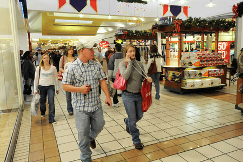 Shoppers at Parkdale Mall were out in large numbers trying to purchase last minute holiday gifts on Tuesday, December 23, 2008. Valentino Mauricio/The Enterprise