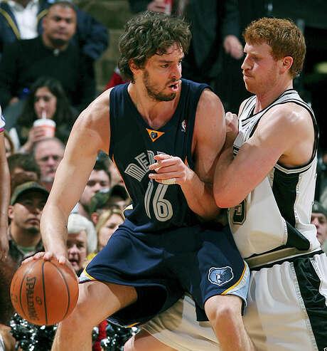 The Grizzlies' Pau Gasol looks for room around Matt Bonner on Dec. 30, 2007 at the AT&T Center. / SAN ANTONIO EXPRESS-NEWS