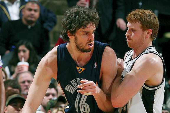 The Grizzlies' Pau Gasol looks for room around Matt Bonner on Dec. 30, 2007 at the AT&T Center.