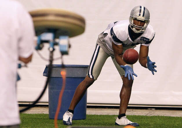 Receiver Sam Hurd performs catching drills at the end of the morning practice session. / San Antonio Express-News