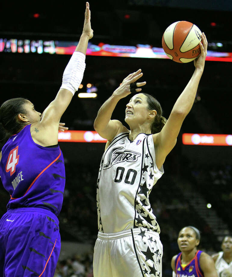 Silver Stars' Ruth Riley (00) puts a shot up against Phoenix Mercury's Candice Dupree (4) last season. / San Antonio Express-News
