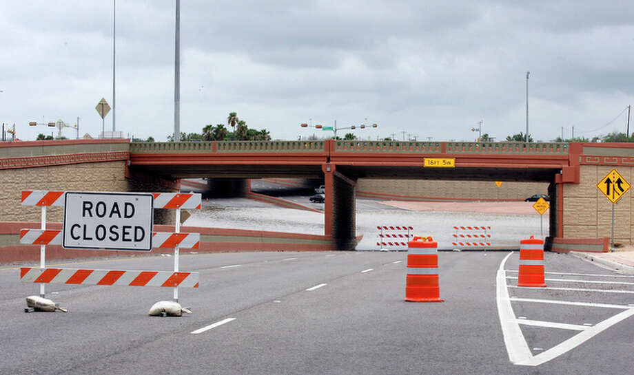 A flooded intersection in Laredo. / eaornelas@express-news.net